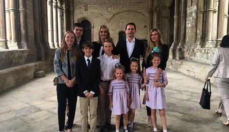 Fotografia de la família Piqué Ayala al complet, amb els seus vuit fills d'entre 4 i 18 anys, a la Seu Vella de Lleida.
