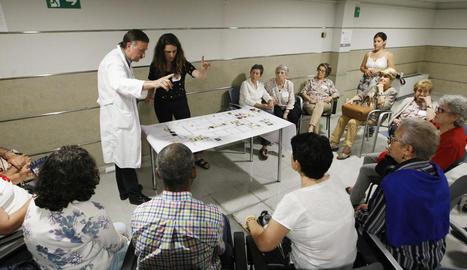 Els pacients de radioteràpia van participar ahir en un taller per aprendre a classificar les emocions.