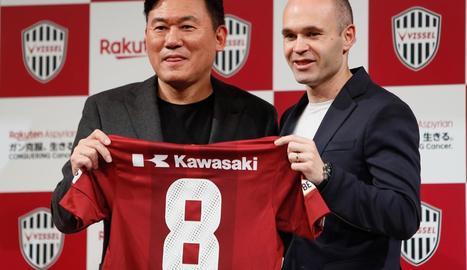 Hiroshi Mikitani, amo del Vissel Kobe, amb Iniesta durant la presentació amb el club japonès.