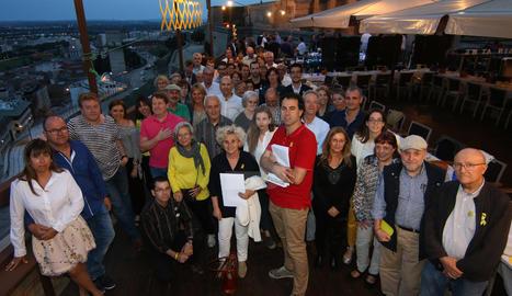 Assistents al 'sopar groc' celebrat per Òmnium i l'ANC al turó de la Seu Vella, a Lleida.