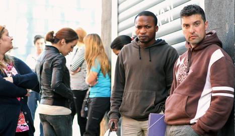Treballadors a les portes d'una oficina d'ocupació.