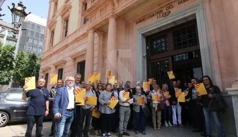 Alcaldes d'ERC, aquest divendres a la subdelegació del govern espanyol.