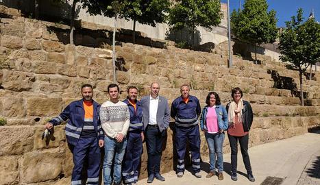 Els jardiners que adeqüen les zones verdes de Balaguer.