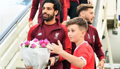 Mohamed Salah, la figura del Liverpool, rep un ram de flors a l'arribada a Kíev.