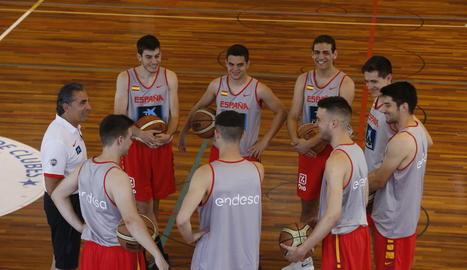 Els tècnics i ajudants dels equips base d'Espanya posen al costat de Scariolo i els jugadors de Lleida que van intervenir en la sessió.