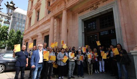 Els alcaldes d'Esquerra, davant de la subdelegació del Govern abans de registrar les cartes.