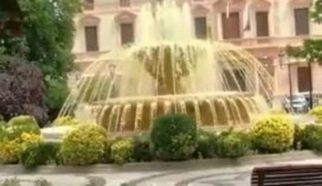 L'aigua L'aigua de la font de la plaça de la Pau, tenyida de grocde la font de la plaça de la Pau, tenyida de groc