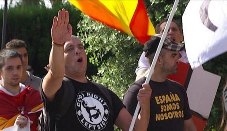 Un grup de manifestants amb símbols de la ultradreta.
