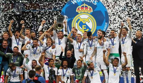 Els jugadors del Madrid celebren sobre la gespa de l'Olímpic de Kíev la tercera Champions consecutiva al superar el Liverpool.