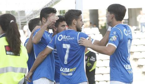 Jugadors del Lleida celebren un gol a l'últim partit a casa, davant de l'Olot.