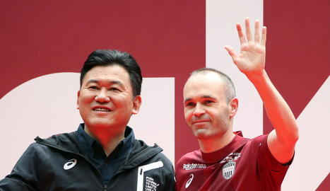 Iniesta, amb el multimilionari amo de Rakuten, Hiroshi Mikitani.