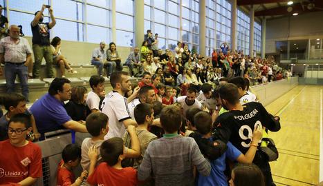 Els jugadors del Lleida.Net Alpicat celebren la permanència amb joves aficionats de l'equip.