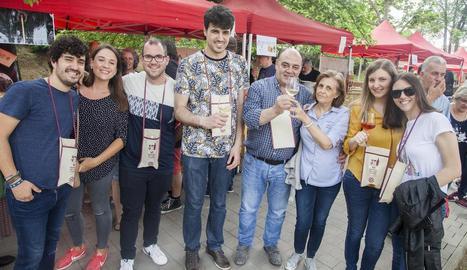 Un grup d'assistents a una mostra que ahir va assolir la sisena edició.