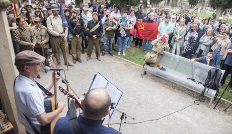 Desenes de persones van participar en les visites guiades al Tossal del Merengue de Camarasa.