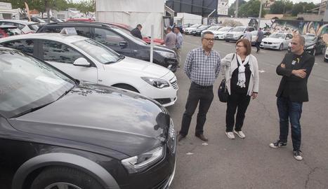 L'alcaldessa de Tàrrega, Rosa Maria Perelló, visita el recinte del mercat del vehicle d'ocasió.