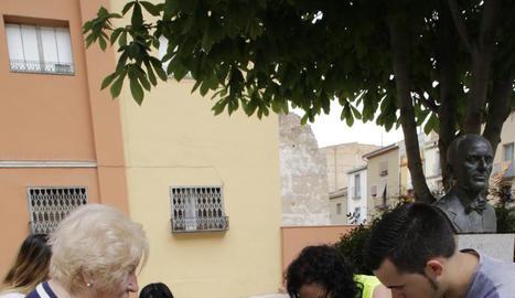 Veïns del centre històric de Balaguer al recollir les jardineres.