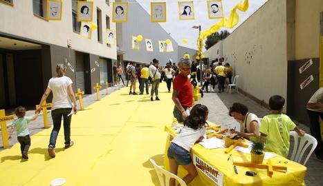 Carrer encatifat de groc en favor dels presos a les Borges.