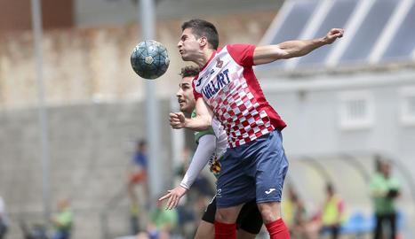Un jugador del Balaguer, en un salt amb un del Sants, ahir.