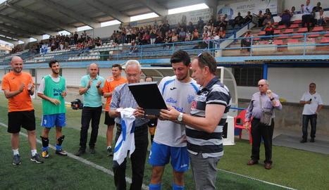 Sergi Prats rep una placa commemorativa i l'homenatge del club, dels companys i de l'afició.