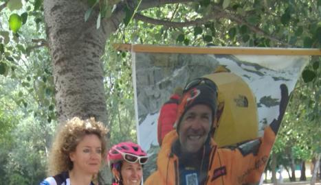 Un gran pòster de Juanjo Garra es va desplegar ahir durant les II Jornades de Ciclisme Femení.