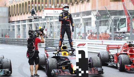 Danie Ricciardo celebra la victòria al Gran Premi de Mònaco damunt del monoplaça Red Bull.