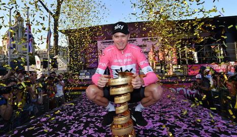 Chris Froome posa amb el trofeu com a guanyador del primer Giro d'Itàlia.