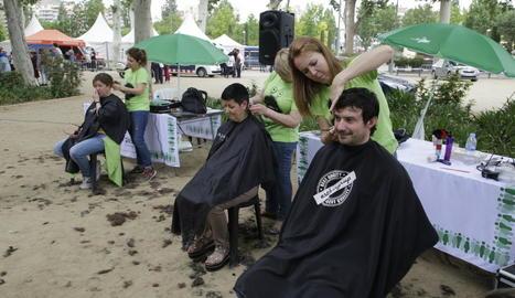 Unes 250 persones, la majoria penyistes, es van tallar els cabells amb finalitats solidàries.