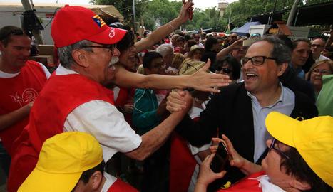 Una multitud va abordar el president per fotografiar-se amb ell, estrènyer-li mà o expressar-li suport.