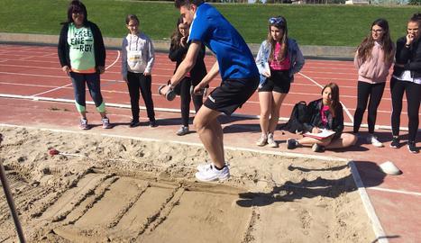 De tots els salts que existeixen actualment, l'únic practicat antigament era el de longitud. Els atletes portaven pesos per ajudar-se.