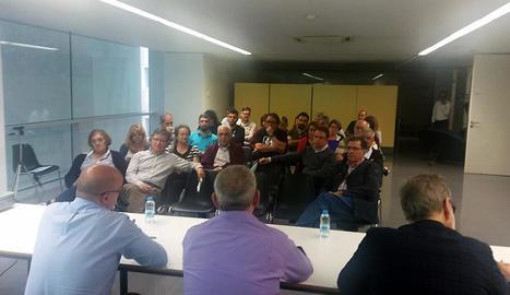 Un instant de la reunió de l'ajuntament amb els veïns, ahir al centre cívic del Barri Antic.