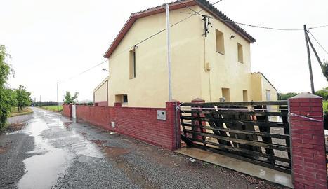 Els propietaris de l'habitatge han col·locat unes fustes on hi havia la porta de ferro.