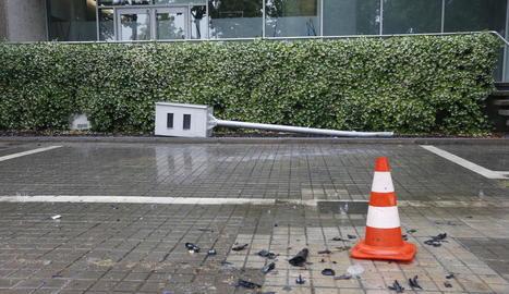 Imatge del cotxe que es va encastar contra el radar. A sota, l'aparell a terra.