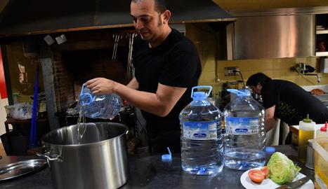 Els restauradors utilitzaven ahir aigua embotellada per cuinar.