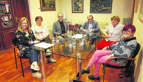 Un instant de la reunió que va mantenir ahir l'alcalde amb els representants veïnals de Cappont.