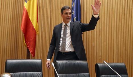 El secretari general del PSOE, Pedro Sánchez, davant dels diputats socialistes, ahir, al Congrés.