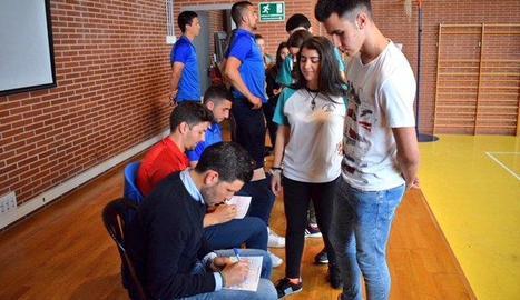 Gerard Albadalejo i altres membres del Lleida amb alumnes.