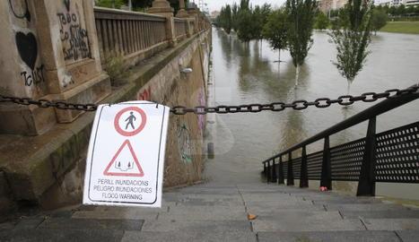 Un dels accessos a la canalització del Segre a Lleida, tallat aquest dimecres.