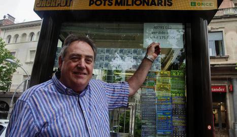 El venedor de Tàrrega Josep Puighermanal, ahir, mostrant el cartell del premi repartit.