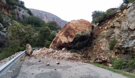 Imatge del despreniment de roques que va tallar ahir l'L-913 a Vilanova de Meià.