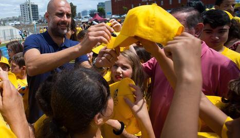 Pep Guardiola, tècnic del Manchester City, va firmar autògrafs als nens de la Fundació Cruyff.