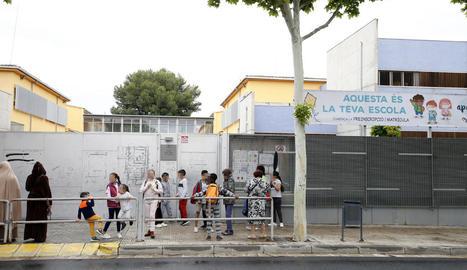 Alumnes i pares ahir a les 15.00 hores a la porta del col·legi.