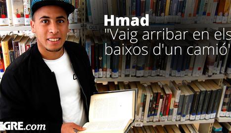 Hmad ha convertit la biblioteca en la seua segona casa, on continua formant-se i aprenent idiomes.