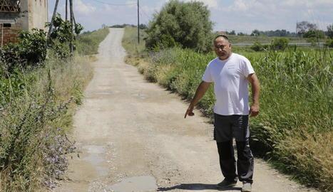 Un dels residents de la Copa d'Or que tenen les finques en camins de terra.