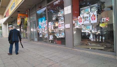 L'aparador d'un local buit del carrer Pere de Cabrera, ahir ple de cartells.