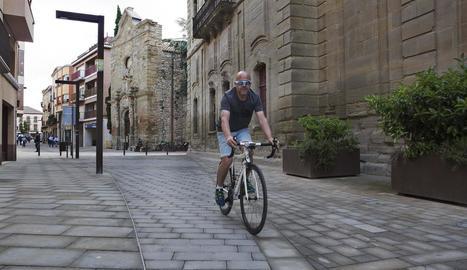 Imatge d'un ciclista pel centre de Cervera.