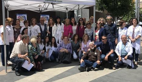 Membres de la Xarxa de Prevenció del Tabaquisme de Lleida, ahir, a la plaça Ricard Viñes.