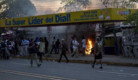 Manifestants calen foc a una ràdio estatal.