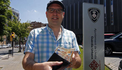 Pere Guixé, amb la cartera i els 550 euros que li va entregar ahir la Urbana.