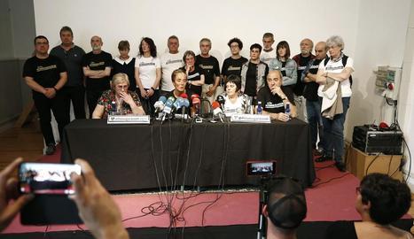 Familiars dels encausats atenen els mitjans a Pamplona.