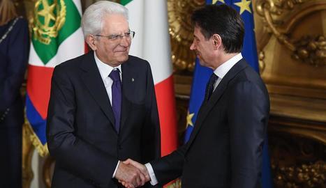 Giuseppe Conte estreny la mà del cap de l'Estat, Sergio Mattarella, després de prendre possessió.